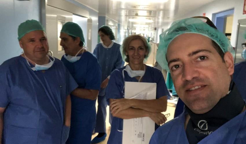 Médico colombiano entrena a médicos europeos en cirugía de columna
